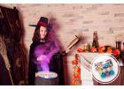 Милая ведьмочка на фотосессии в канун Хэллоуина