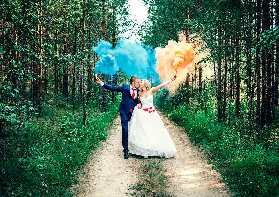 Цветной дым для свадебной фотосессии в лесу