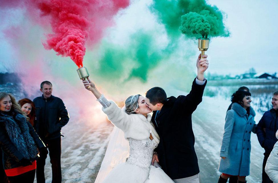 Немного креатива с цветным дымом на свадьбе