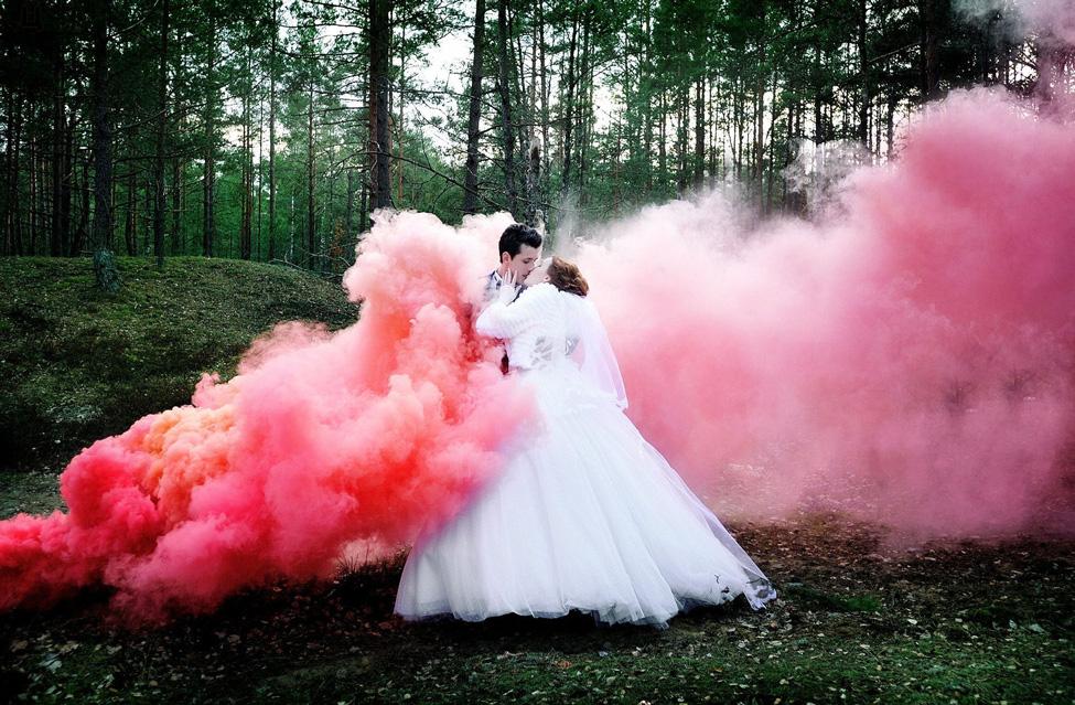 свадебные снимки с красным дымом smoke bomb