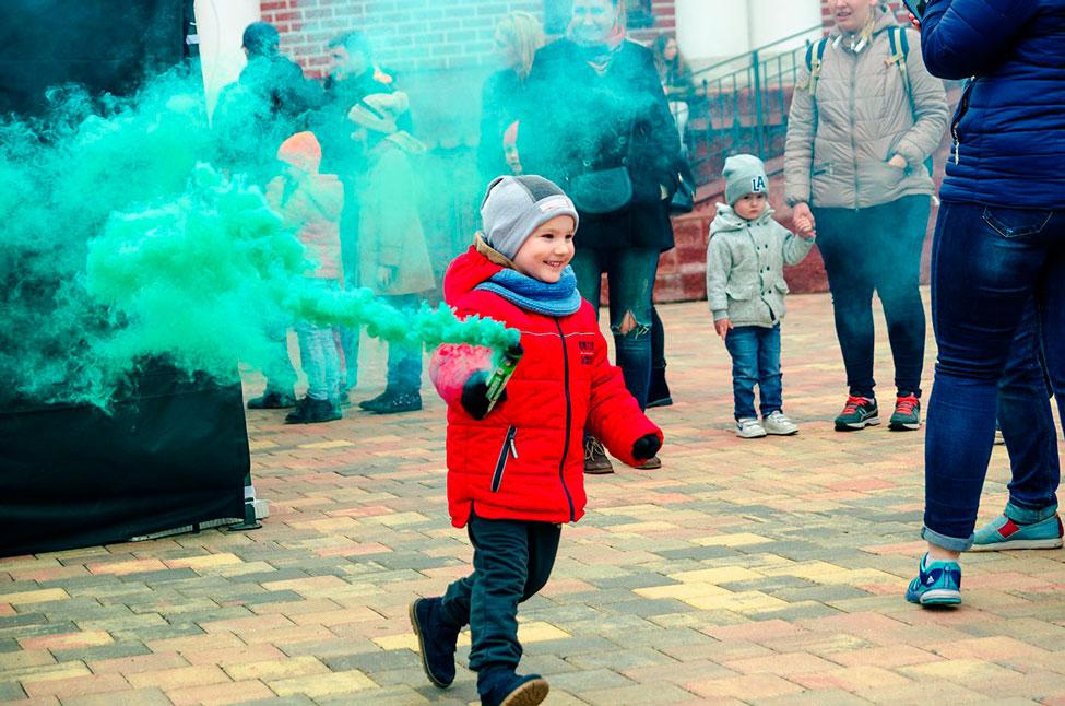 цветной дым для ребенка в руках держать