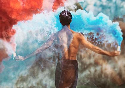 красный и синий smoke fountain у парня в руках