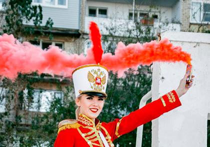 красный смок фонтан у девушки в руках