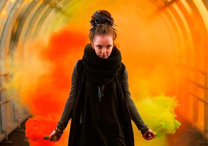девушка в туннели с дымовыми шашками осенью