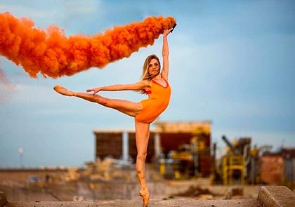 балерина Amy Potter с оранжевым дымом на фотосессии