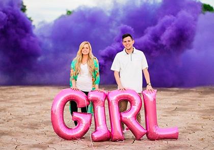 фотосессия будущих родителей на фоне фиолетового цветного дыма