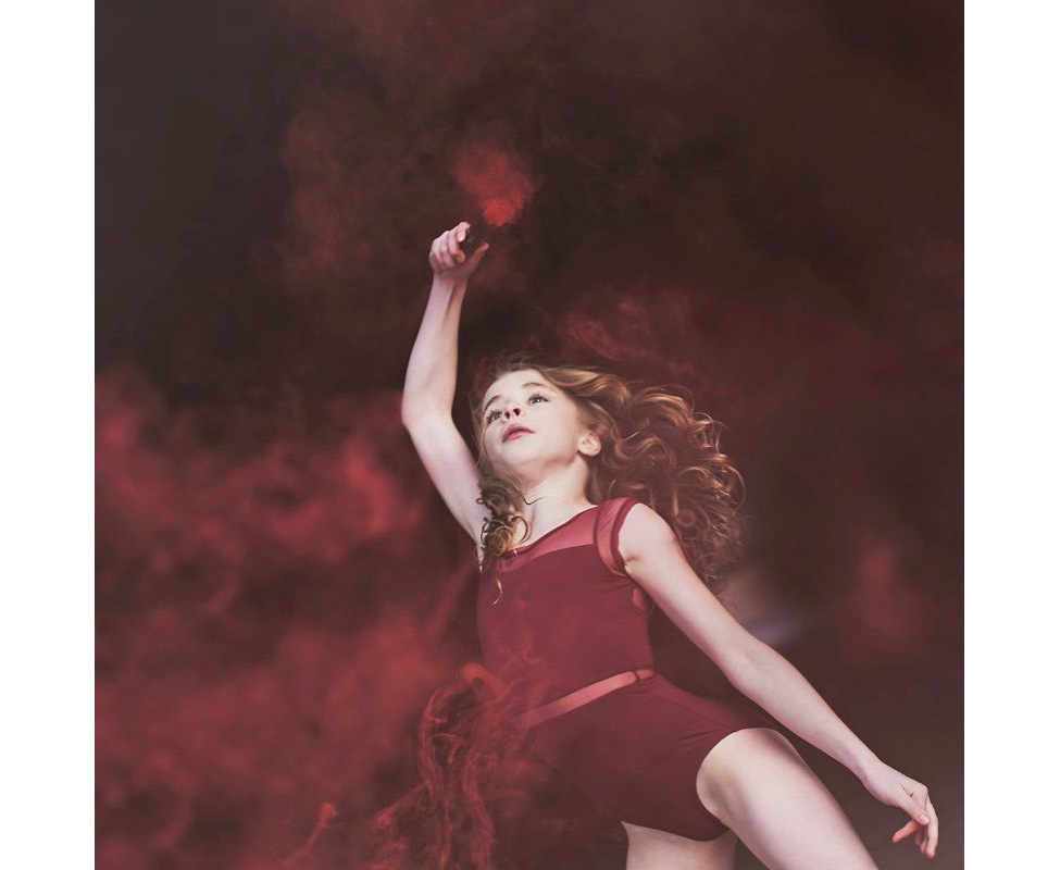 Фотосессия для юной гимнастки с цветной дымовой шашкой дыма