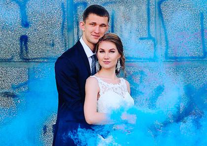 Синяя дымовая шашка на свадьбе и кирпичная стена