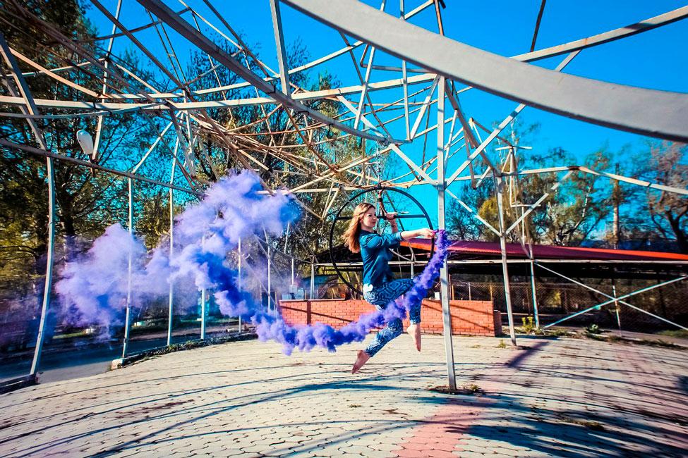 трюки на обрруче в воздухе с цветным дымом