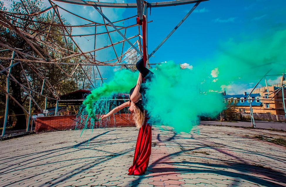 девушка вверх ногами трюки с дымом на обруче