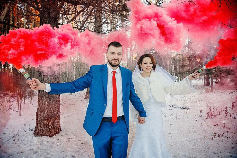 Яркие зимние фотографии с дымовым факелом красный