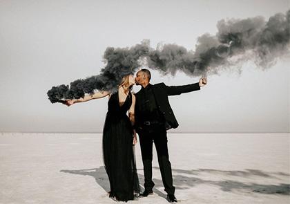 влюбленная пара с черным дымом в руках