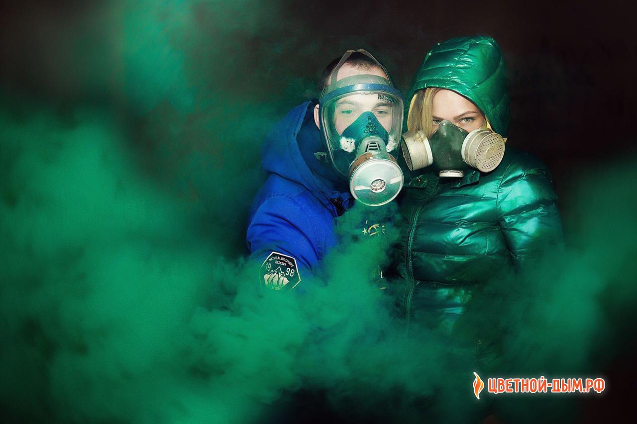 лов стори в противогазах с цветными дымовыми шашками