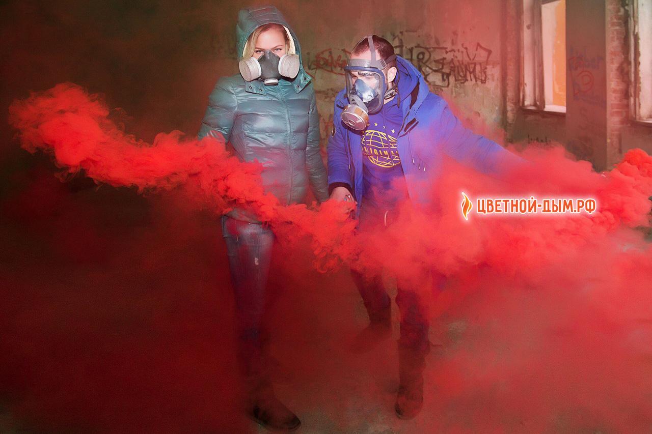 красные дымовые шашки на фотосессии в респираторах