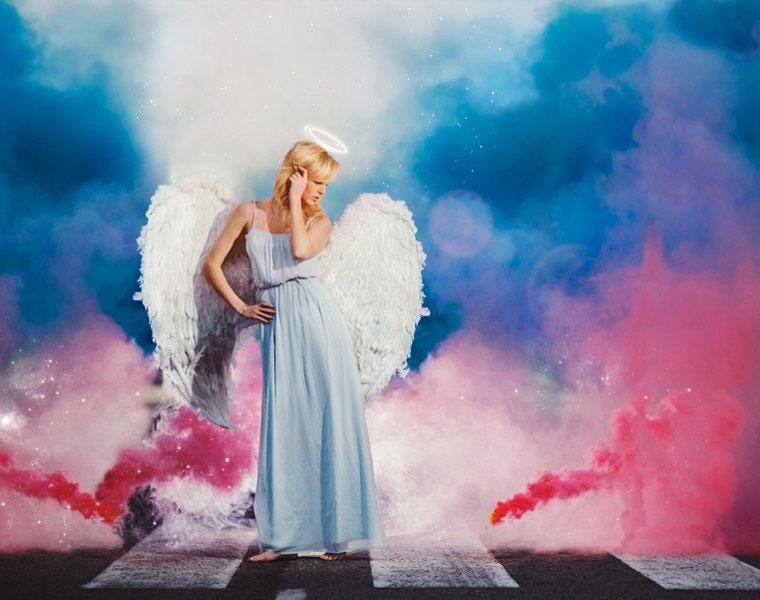Образ ангела с цветным дымом