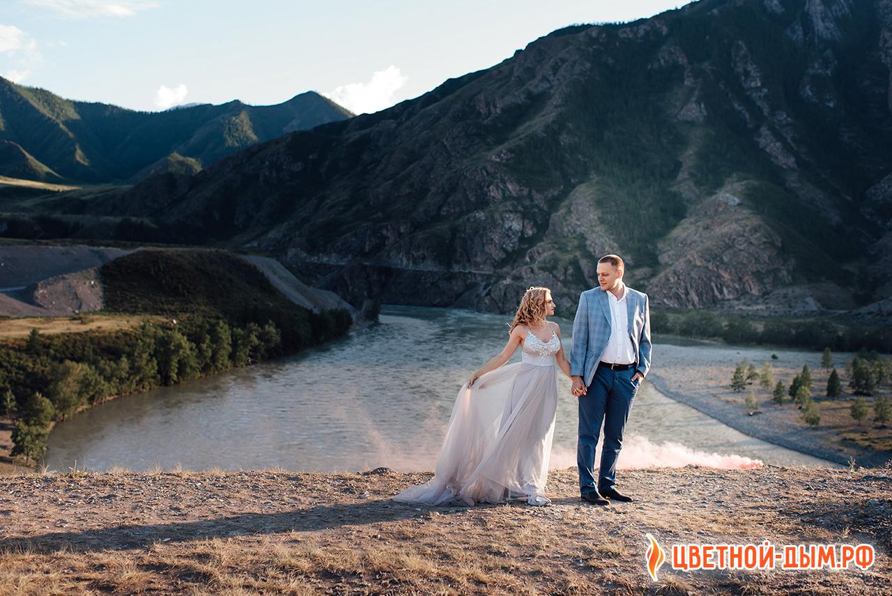 Свадебная фотосессия на фоне гор алтая
