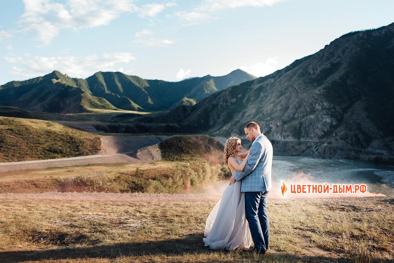 цветной дым свадебная фотосессия на фоне гор алтая. Фотограф Анастасия Токмакова (г. Томск)
