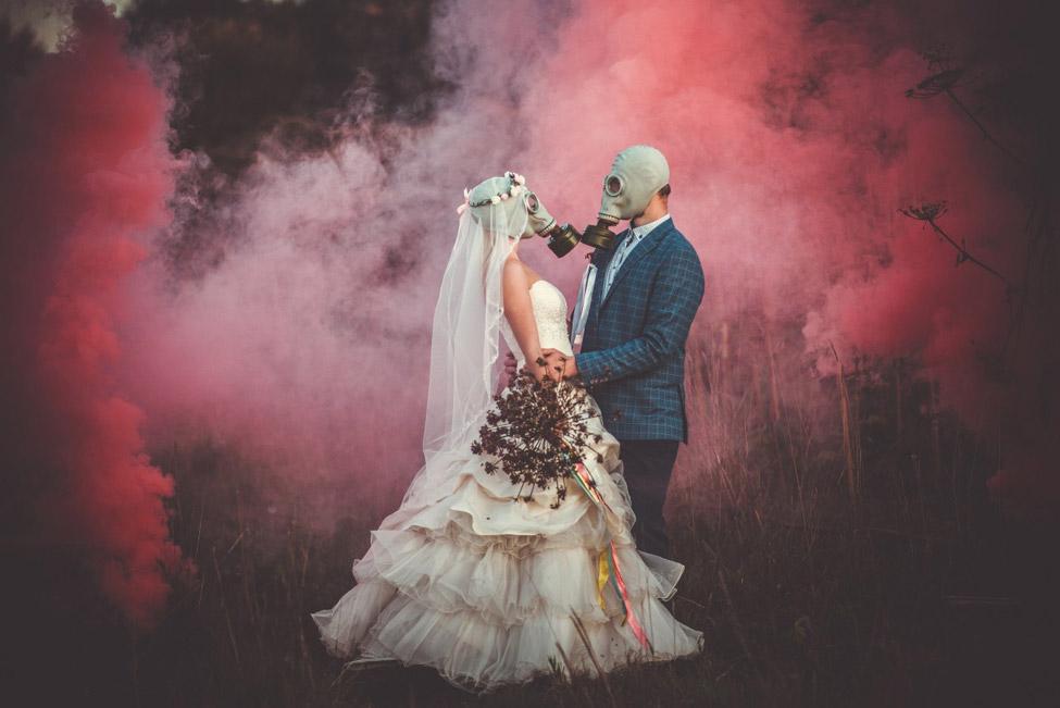 молодожены в противогазах на фотосесссии с дымом