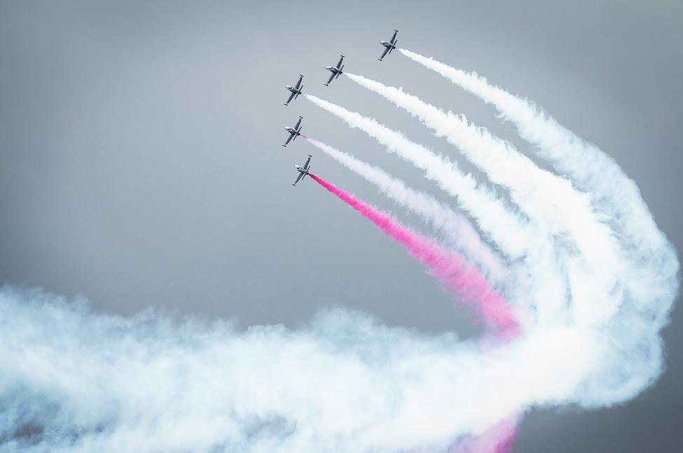вираж в небе с цветным дымом авиация