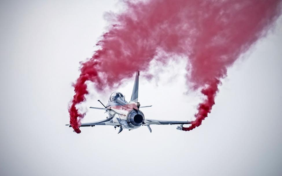 истребитель с цветным дымом