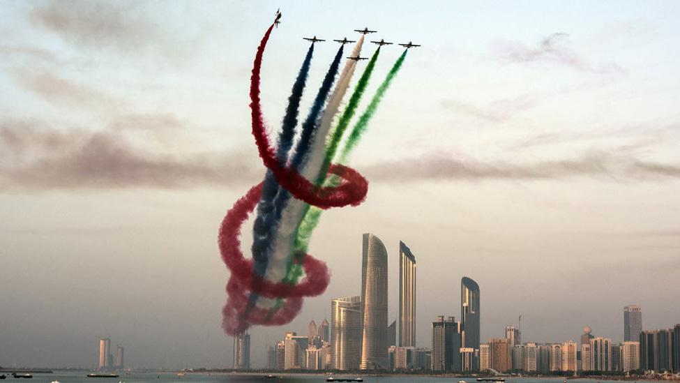 сложные труки в небе летчиков с цветным дымом