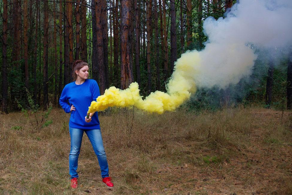девушка с желтым дымом в руках в лесу фотосессия