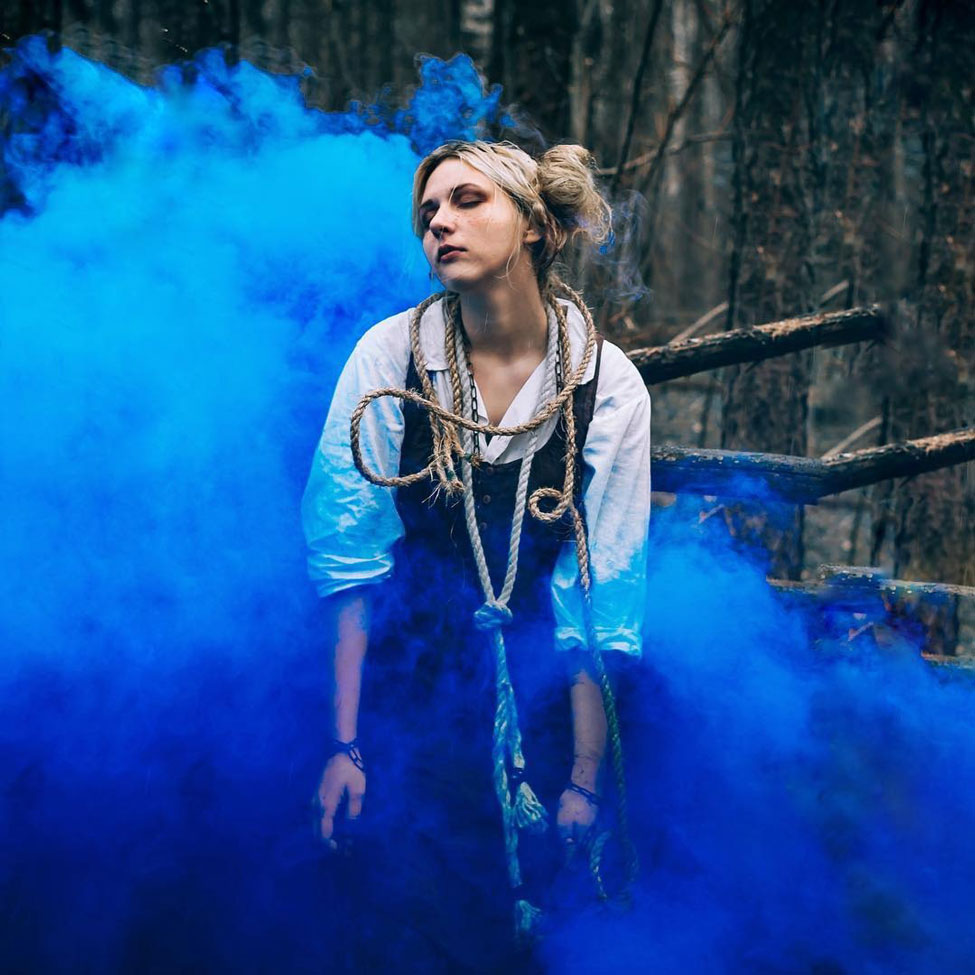 Лиза Маркова Elis Loy фото с синим цветным дымом
