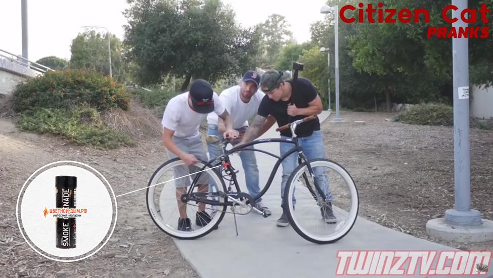 пранк с дымовой шашкой как поймать вора велосипеда