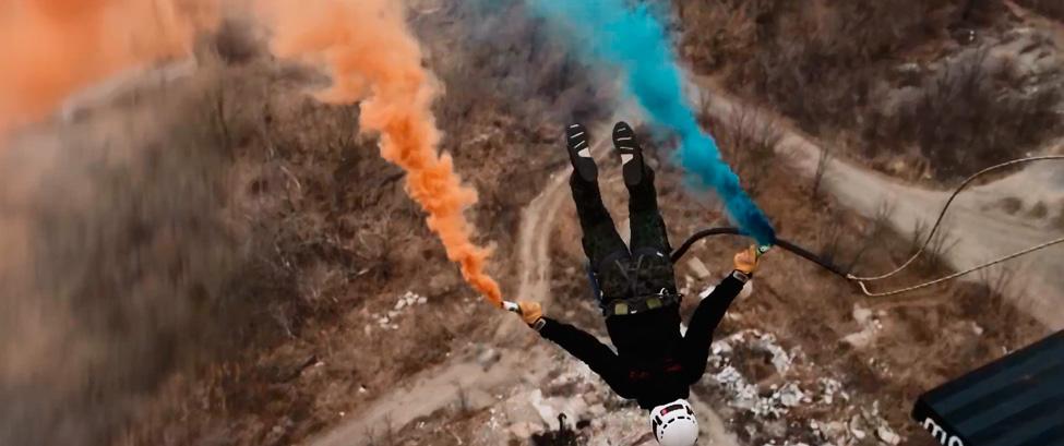 Прыжок с тарзанкой и дымовыми шашками